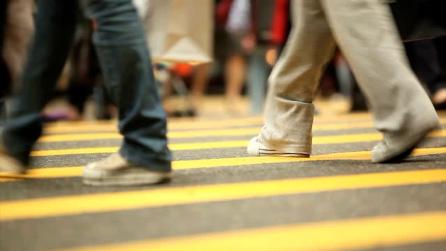 работников на пешеходный переход - пешеход стоковые видео и кадры b-roll