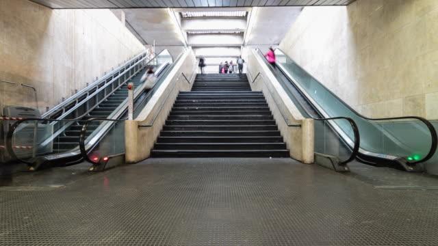 通勤者の通過エスカレータータイムラプス - ステップ点の映像素材/bロール