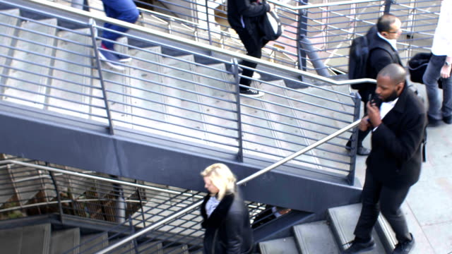 commuters rush hour, time-lapse. - london bridge inghilterra video stock e b–roll