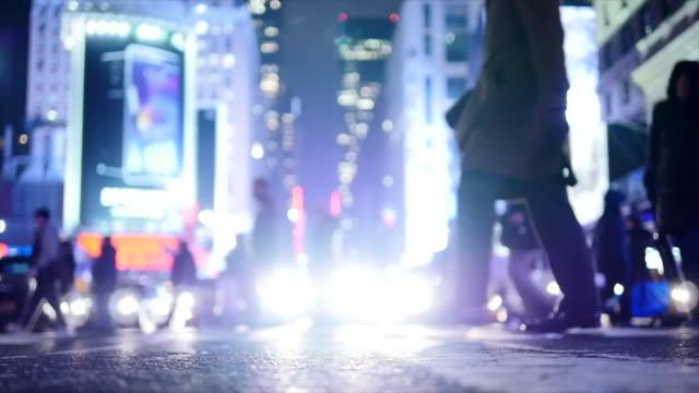pendler, die zu fuß in den straßen der großstadt stadt beschäftigt - straßenkreuzung videos stock-videos und b-roll-filmmaterial