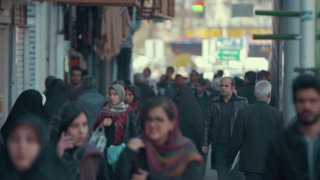 在德黑蘭行走的通勤者 - 德黑蘭 個影片檔及 b 捲影像