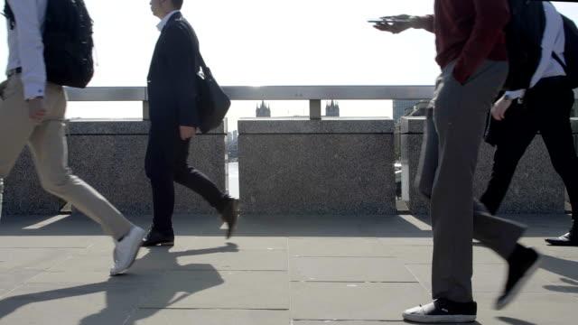 pendolari che camminano, angolo basso. sm. - london bridge inghilterra video stock e b–roll