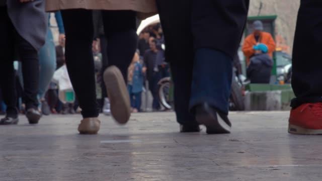 通勤者走在人行道上,在德黑蘭的腳低角度視圖 - 德黑蘭 個影片檔及 b 捲影像