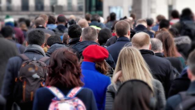 commuters walking. rear view. 60fps. - london bridge inghilterra video stock e b–roll
