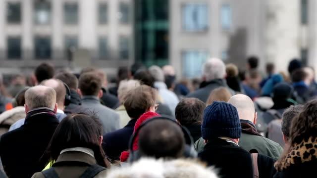 commuters walking to work 120 fps. slow motion. rear view. - london bridge inghilterra video stock e b–roll