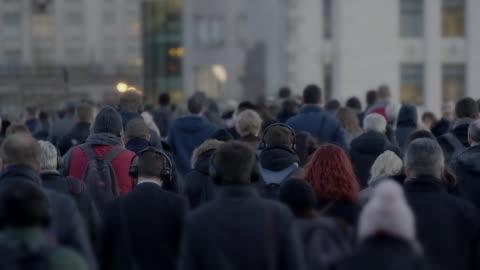 pendolari che camminano per andare al lavoro, vista posteriore al rallentatore. 60 fps. - people video stock e b–roll