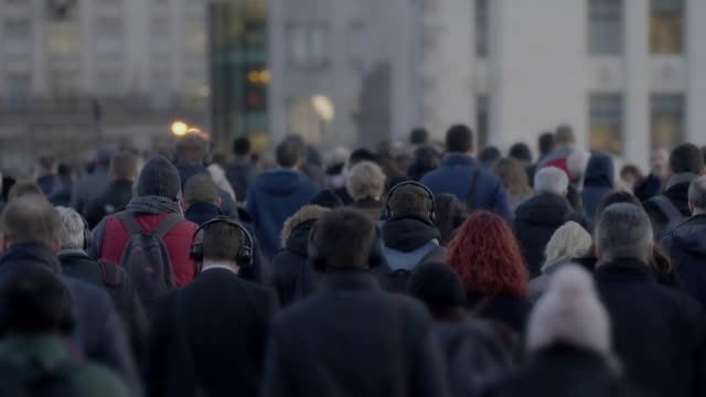 vídeos de stock e filmes b-roll de commuters walking to work, slow motion rear view. 60fps. - pessoa