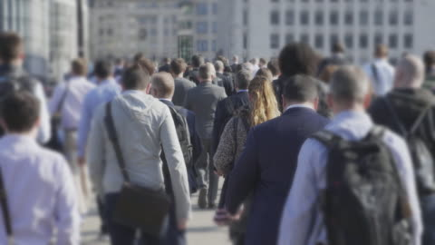 vídeos y material grabado en eventos de stock de viajeros de a pie para trabajar. sm - multitud