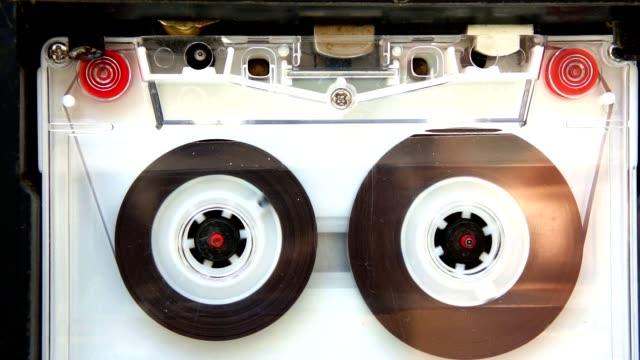 compatto cassetta in riproduttore di documenti - bobina apparecchiatura di registrazione del suono video stock e b–roll
