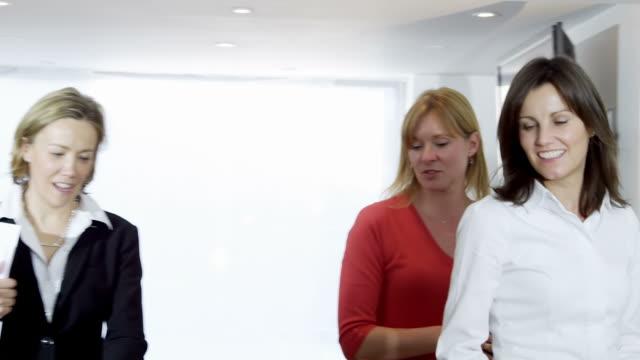 vidéos et rushes de société réunion d'affaires - pots de bureau