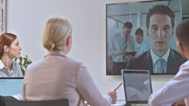 ds-unternehmen-team in einer videokonferenz-sitzung mit einem invester - konferenzraum videos stock-videos und b-roll-filmmaterial