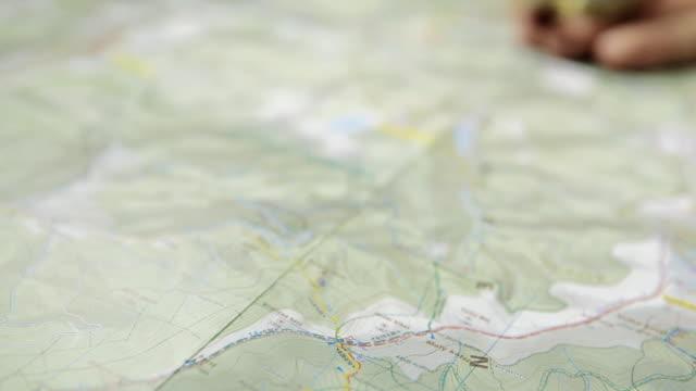 vídeos de stock e filmes b-roll de bússola e mapa de planeamento - cartografia