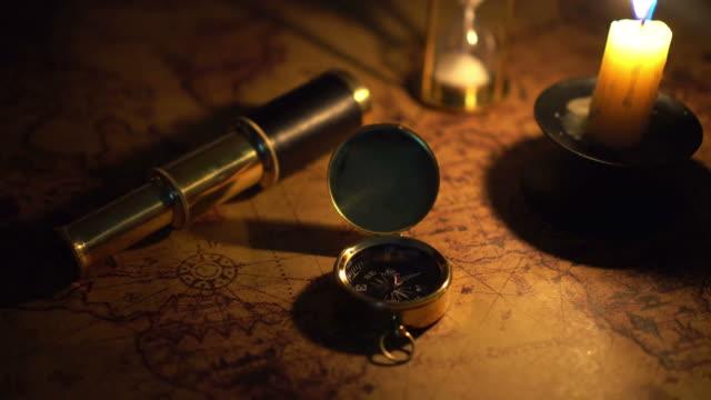 コンパスとキャンドル ライトで古い世界地図のスパイグラス - 骨董品点の映像素材/bロール