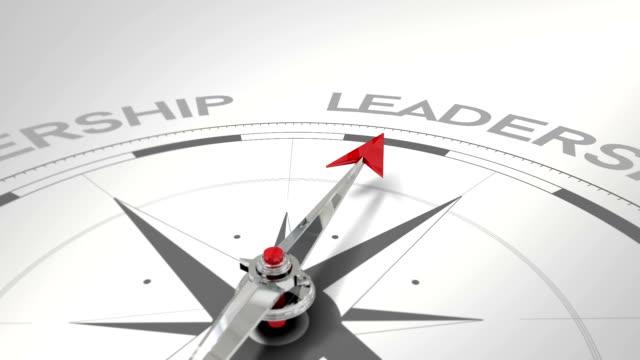 vídeos de stock e filmes b-roll de bússola a apontar para a liderança - liderança
