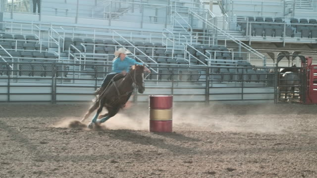 vídeos de stock e filmes b-roll de competition rodeo barrel racing - barrica