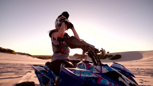 La compétition pour une femme qui veut Coureur de vélo de sun flare - Vidéo