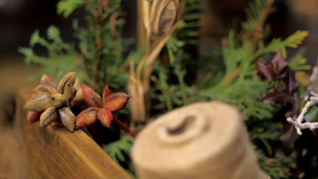 componenti per la realizzazione di ghirlade natalizie per la decorazione della casa. arrangiamento floreale - ghirlanda decorazione video stock e b–roll