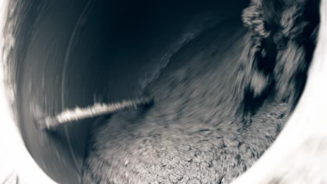 コンクリート ミキサーのドラムの中で転がってコンポーネント - セメント点の映像素材/bロール
