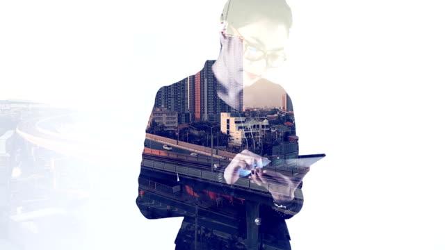 Zusammengesetztes Bild der Geschäftsfrau mit Tablet-Gerät und Stadt – Video
