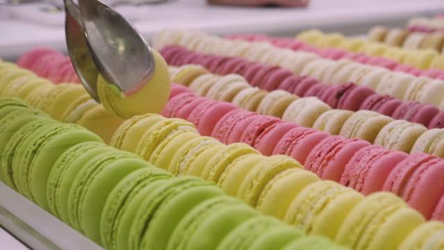 vídeos y material grabado en eventos de stock de composición de postres pasteleras de diversos sabores, sabores y colores. - galleta dulces
