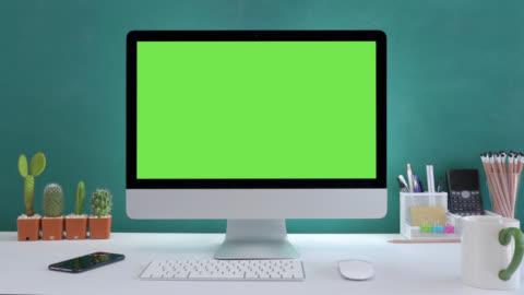 vídeos y material grabado en eventos de stock de escritorio de ordenador con fondo blanco de pantalla verde maqueta en la oficina. - escritorio