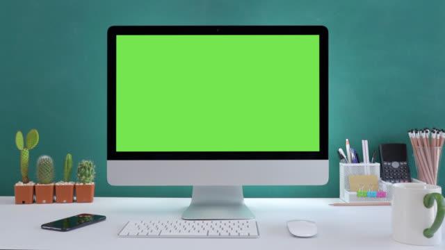 vídeos y material grabado en eventos de stock de escritorio de ordenador con fondo blanco de pantalla verde maqueta en la oficina. - esmeralda