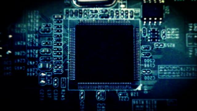 scheda di circuito computer elettronica circuito - scheda a circuito video stock e b–roll