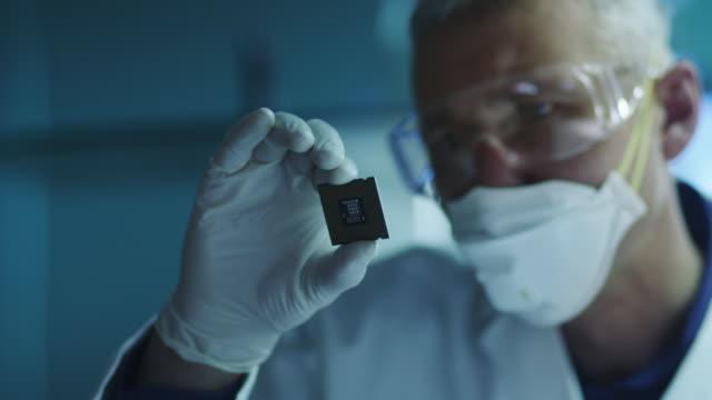 コンピューター エンジニアが保有とプロセッサ チップの検査 - 半導体点の映像素材/bロール