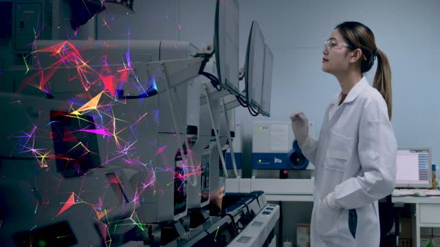 bilgisayar grafik bilim adamı veri doğrulama kullanarak bir bilgisayar ve dokunmatik ekran kullanımı operasyonda modern teknolojiyi kullanın. 4k çözünürlük yavaş çekim. - tıbbi klinik stok videoları ve detay görüntü çekimi
