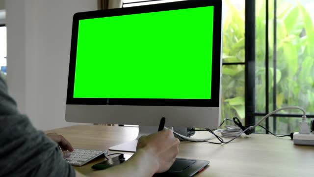 computer grünen bildschirm (hd) - mouse pad stock-videos und b-roll-filmmaterial