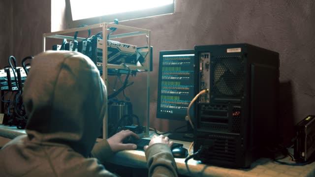 haker komputerowy w programowaniu kaptura na komputerze, w czasie rzeczywistym - spyware filmów i materiałów b-roll