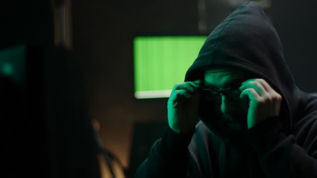 コンピュータ ハッカーに眼鏡を置く! - なりすまし犯罪点の映像素材/bロール