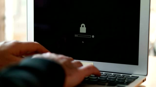 コンピュータハッカーばかりのノートパソコンからのデータ - パスワード点の映像素材/bロール