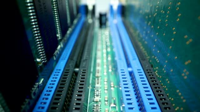 vídeos y material grabado en eventos de stock de hardware informático. primer plano de los módulos de memoria ram en la placa base - placa madre