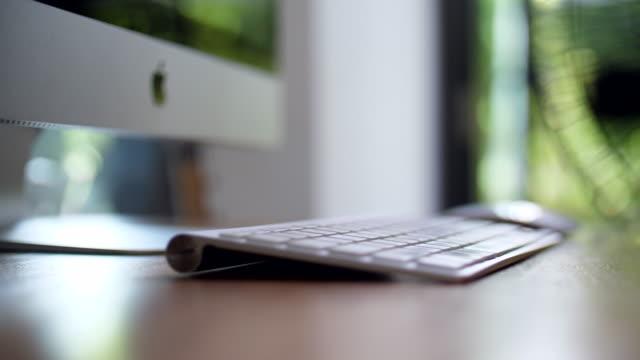 ファンターニングと自然の背景を持つ木製のテーブル上のコンピュータキーボード ビデオ