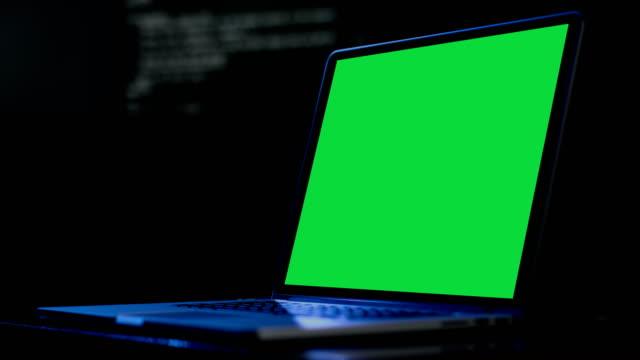 vídeos y material grabado en eventos de stock de ordenador portátil mostrar vistas de pantalla verde para marketing social y negocios - recesión