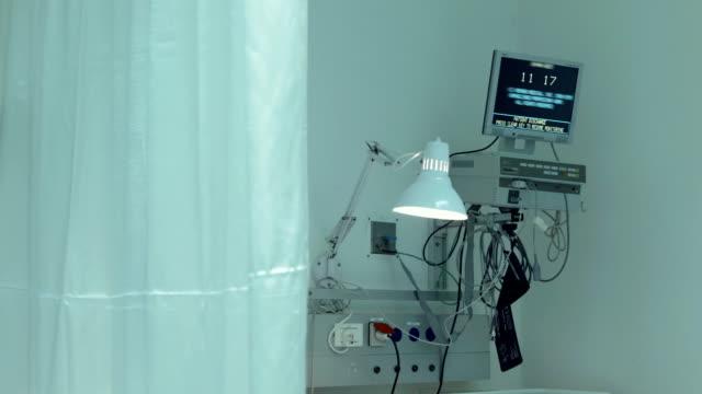computer-monitor mit zeit in hospital ward - krankenstation stock-videos und b-roll-filmmaterial