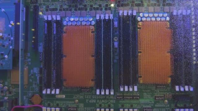 vídeos y material grabado en eventos de stock de placa base del ordenador funciona en líquido. - placa madre