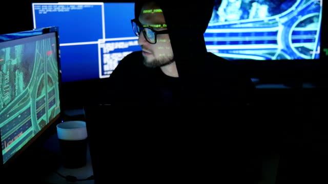 コンピューター テロ、システムをない割れ刑事ハッカー人、オブジェクト、インター ネット スパイ、個人情報の盗難の法的追跡 - バイナリーコード点の映像素材/bロール