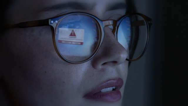 ostrzeżenie o wirusach komputerowych. - spyware filmów i materiałów b-roll