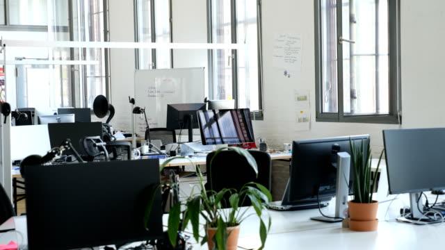 창의적인 사무실에서 책상에 컴퓨터 - 0명 스톡 비디오 및 b-롤 화면