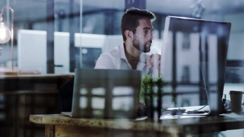 vídeos y material grabado en eventos de stock de concentrarse en el trabajo y obtener productiva - escritorio