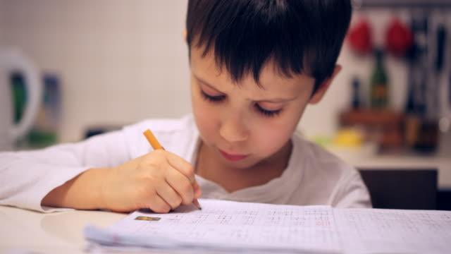 家で宿題をして集中している少年 - 勉強する点の映像素材/bロール