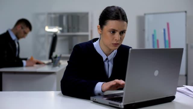 vidéos et rushes de gestionnaire féminin concentré texting sur l'ordinateur portatif, jour de travail dans le bureau, projet - équipement agricole