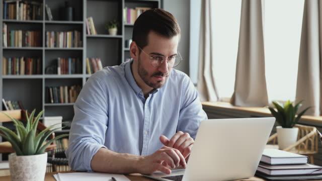 konsantre erkek profesyonel pazar araştırması bilgileri analiz. - genç erkekler stok videoları ve detay görüntü çekimi