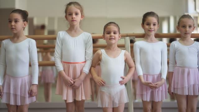 koncentrerade unga ballerinor - balettstång bildbanksvideor och videomaterial från bakom kulisserna