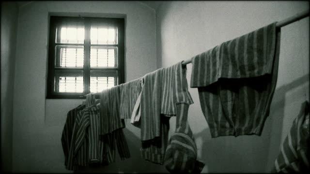 vidéos et rushes de vêtements de camp de concentration - concentration