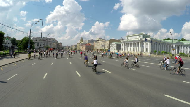 concept bike and a healthy lifestyle. bicycle parade in moscow on the garden ring. aerial view - evento ciclistico video stock e b–roll