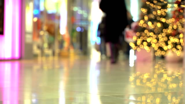 vídeos de stock e filmes b-roll de concept christmas shopping - people walking in shopping center at new year's eve - feriado