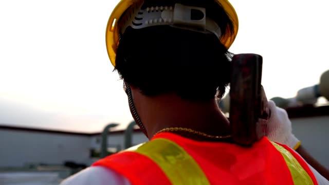 概念勞動節: 勞工男子拿著帶著日落溫暖光芒的管道扳手 - happy 4th of july 個影片檔及 b 捲影像
